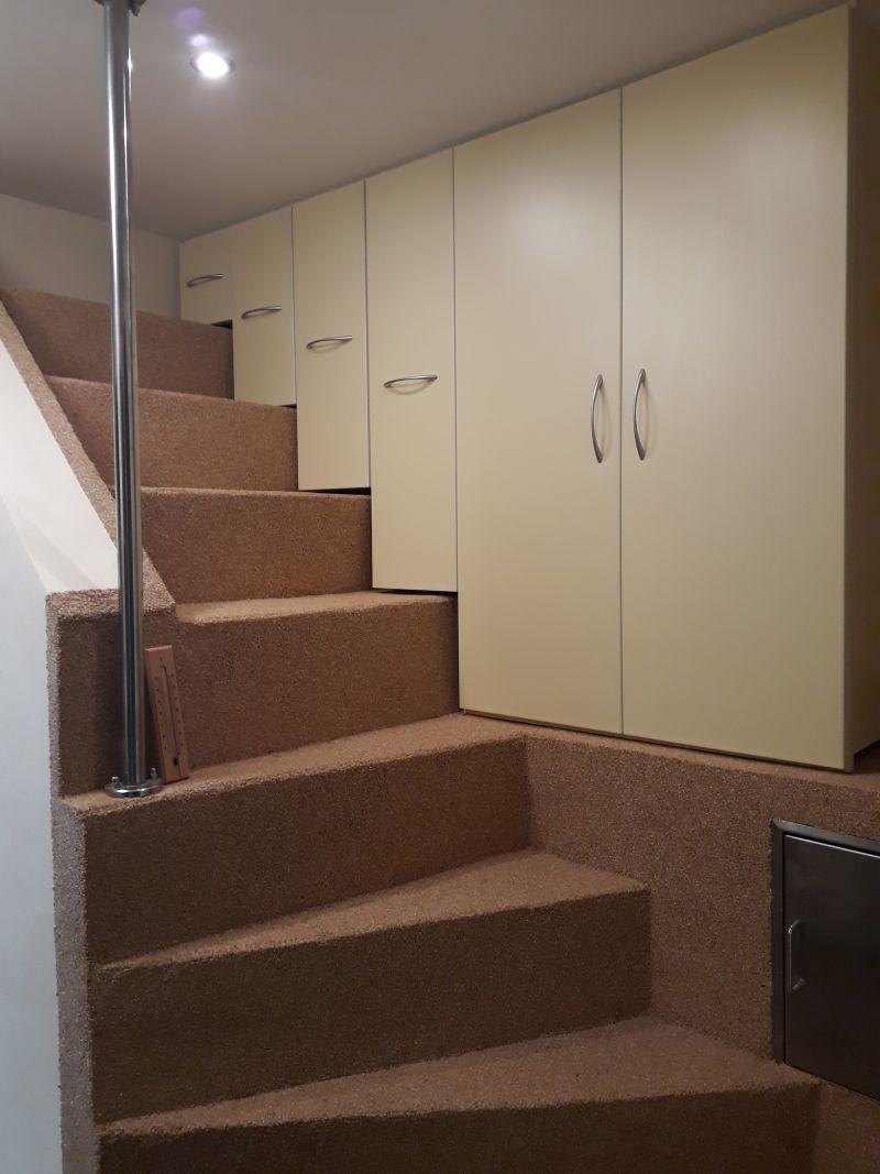 Úložný prostor na zaslepeném schodišti.