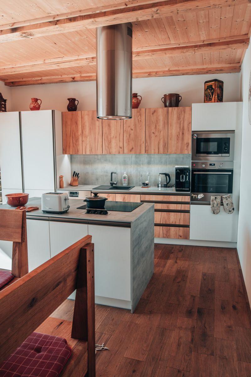 Spojení moderní kompaktní desky s masivní dřevěnou podlahou