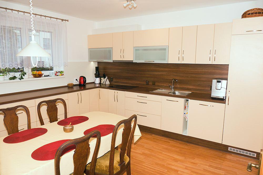 Prostorná a moderní kuchyně laděná ke starožitnému nábytku.